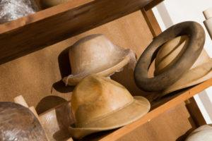 L'atelier de la modiste, formes à chapeaux en bois de tilleul